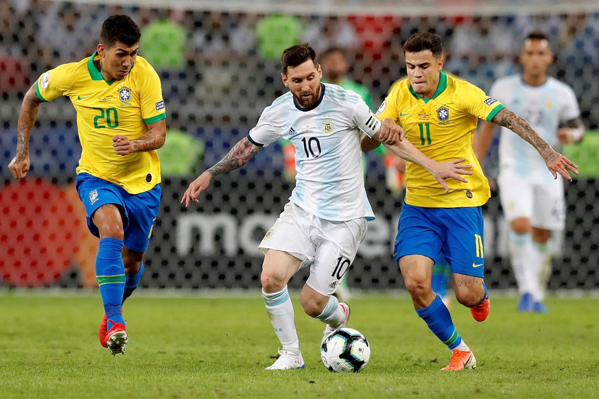 epa07690920 Argentina's Lionel Messi (C) in action against Roberto Firmino (L) and Philippe Coutinho (R) during the Copa America 2019 semi-finals soccer match between Brazil and Argentina at Mineirao Stadium in Belo Horizonte, Brazil, 02 July 2019.  EPA/Antonio Lacerda