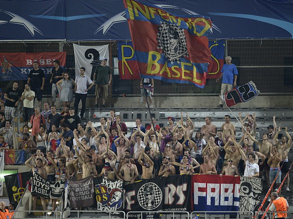 FC Basel's fans during an UEFA Champions League play-off round second leg soccer match between Israel's Maccabi Tel Aviv FC and Switzerland's FC Basel 1893 in the Bloomfield stadium in Tel Aviv, Israel, on Tuesday, August 25, 2015. (KEYSTONE/Georgios Kefalas)