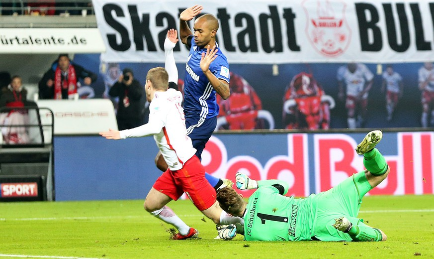 epa05658430 Leipzig's Timo Werner (L) is brought down by Schalke's goalkeeper Ralf Faehrmann (R) in the penalty box during the German Bundesliga soccer match between RasenBallsport Leipzig and FC Schalke 04 in Leipzig, Germany, 03 December 2016.  EPA/JAN WOITAS (EMBARGO CONDITIONS - ATTENTION: Due to the accreditation guidelines, the DFL only permits the publication and utilisation of up to 15 pictures per match on the internet and in online media during the match.)