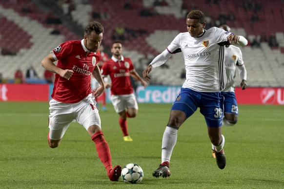 Benfica's Haris Seferovic, left, fights for the ball against Basel's Manuel Akanji, right, during the UEFA Champions League Group stage Group A matchday 6 soccer match between Portugal's SL Benfica and Switzerland's FC Basel 1893 in Benfica's stadium Estadio da Luz in Lisbon, Portugal, on Tuesday, December 5, 2017. (KEYSTONE/Georgios Kefalas)