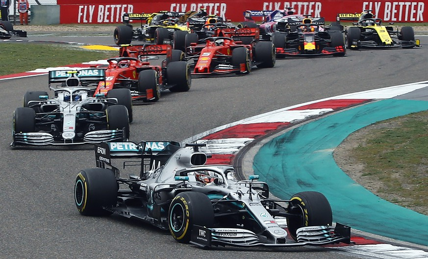 epa07505392 British Formula One driver Lewis Hamilton of Mercedes AMG GP leads a pack during the 2019 Chinese Formula One Grand Prix  at the Shanghai International circuit in Shanghai, China, 14 April 2019.  EPA/DIEGO AZUBEL