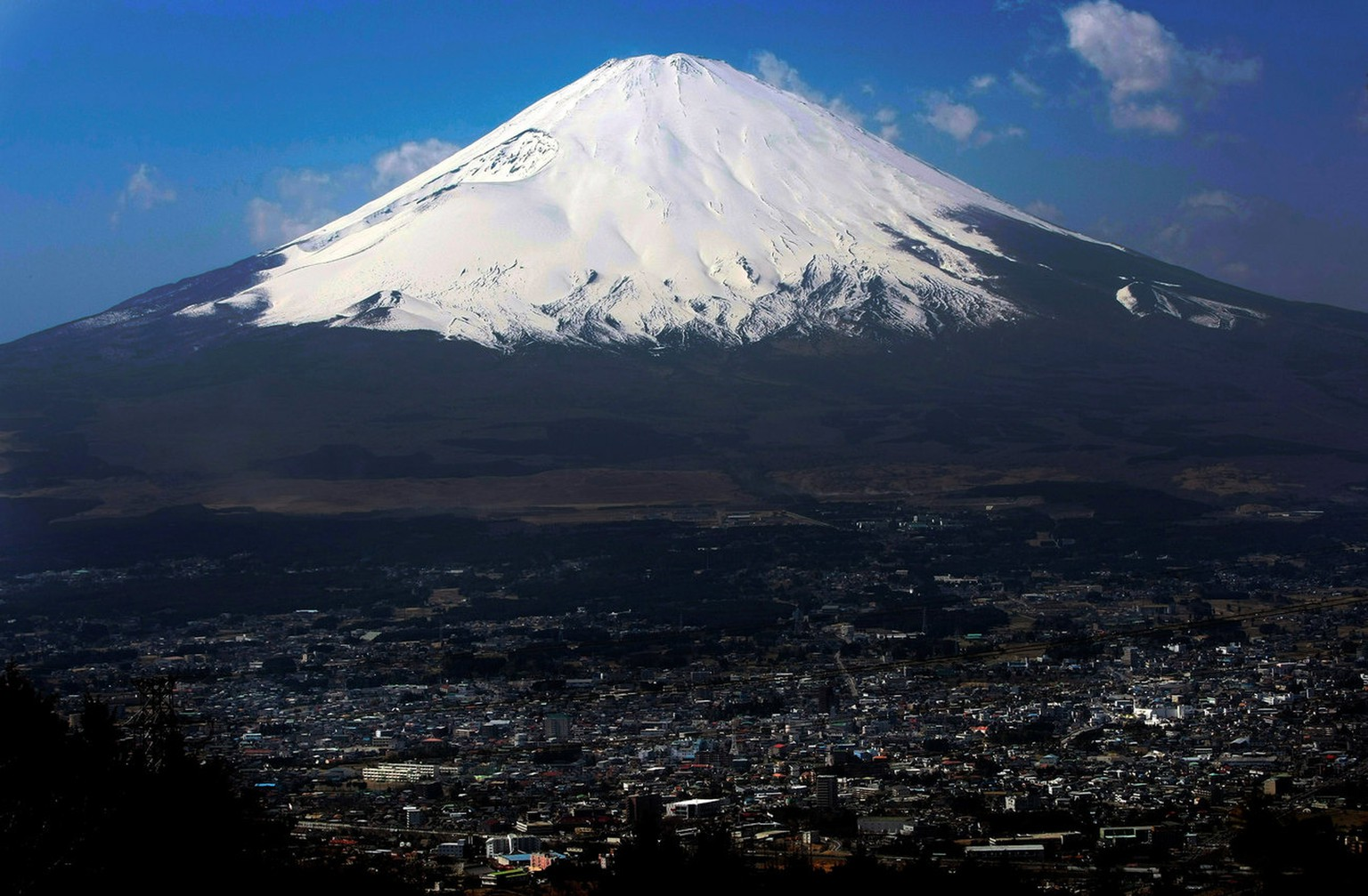 Snow-covered Mount Fuji, Japan's highest peak at 3,776-meter (12,385 feet), is seen from an observation platform in Gotemba, west of Tokyo, Japan, Tuesday, March 17, 2009.(AP Photo/Itsuo Inouye)