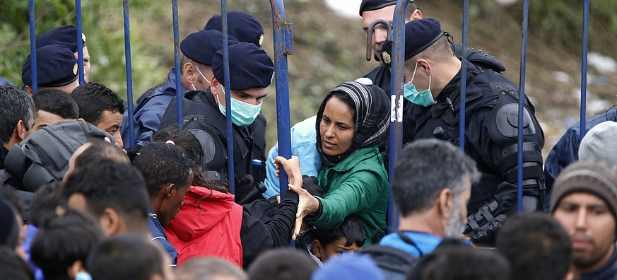 epa04948471 Refugees wait to enter Croatia at the Serba-Croatia border town of Berkasovo, Serbia, 25 September 2015. 