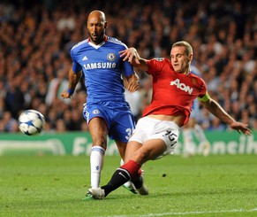 epa02673146 Manchester United's Nemanja Vidic (R) battles with Chelsea's Nicolas Anelka (L) during the UEFA Champions League quarter final first round match between Chelsea and Manchester United at Stamford Bridge stadium in London, Britain, 06 April 2011.  EPA/GERRY PENNY