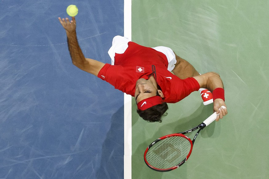 epa04937106 Roger Federer of Switzerland serves to Jesse Huta Galung of the Netherlands during the second single match of the Davis Cup World Group Play-off round match between Switzerland and Netherlands at the Palexpo, in Geneva, Switzerland, 18 September 2015.  EPA/SALVATORE DI NOLFI