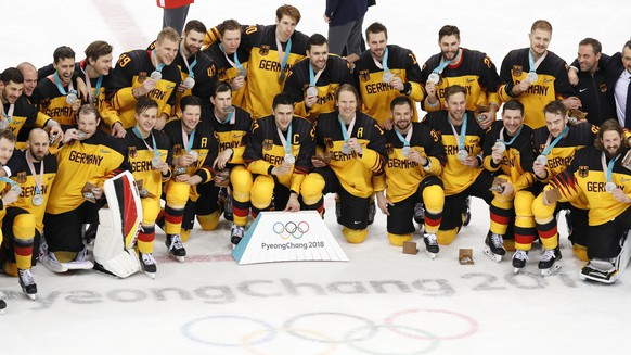epa06563596 Silver medalists team Germany react during the medal ceremony of the Men's Ice Hockey Gold Medal Game between the Olympic Athlete from Russia (OAR) and Germany at the Gangneung Hockey Centre during the PyeongChang 2018 Winter Olympic Games, in Gangneung, South Korea, 25 February 2018.  EPA/KIMIMASA MAYAMA
