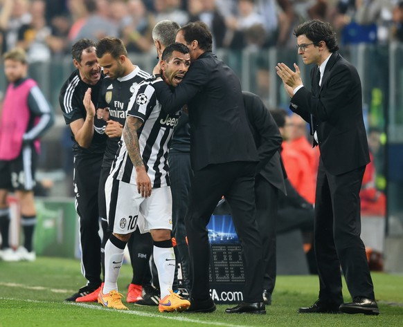 TURIN, ENGLAND - MAY 05:  Carlos Tevez of Juventus is embraced by Massimiliano Allegri manager of Juventus as he is substituted during the UEFA Champions League semi final first leg match between Juventus and Real Madrid CF at Juventus Arena on May 5, 2015 in Turin, Italy.  (Photo by Michael Regan/Getty Images)