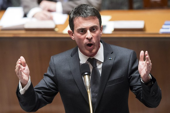 epa05032309 (FILE) A file photograph showing French Prime Minister Manuel Valls answers a question during the questions to the government at the French Parliament in Paris, France, 17 November 2015. Manuel Valls on 19 November 2015 has warned that France could face chemical or biological attack from terror groups.  EPA/ETIENNE LAURENT