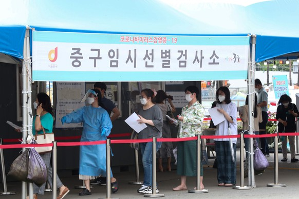 epa09327728 People line up to take COVID-19 testing at a makeshift clinic station in Seoul, South Korea, 07 July 2021. The Korea Disease Control and Prevention Agency (KDCA) said on 07 July that the number of coronavirus infection cases rose 1,212, including 1,168 local infections, raising the total caseload to 162,753.  EPA/JEON HEON-KYUN