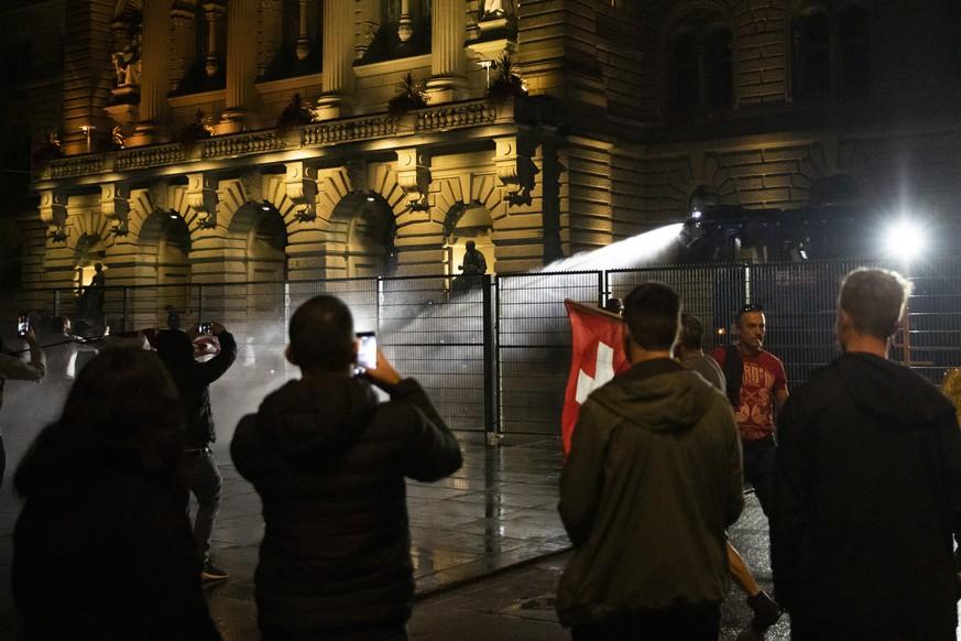 Vergangenen Donnerstag setzte die Kantonspolizei Bern gegen einige Demonstrierende vor dem Bundeshaus Wasserwerfer ein.