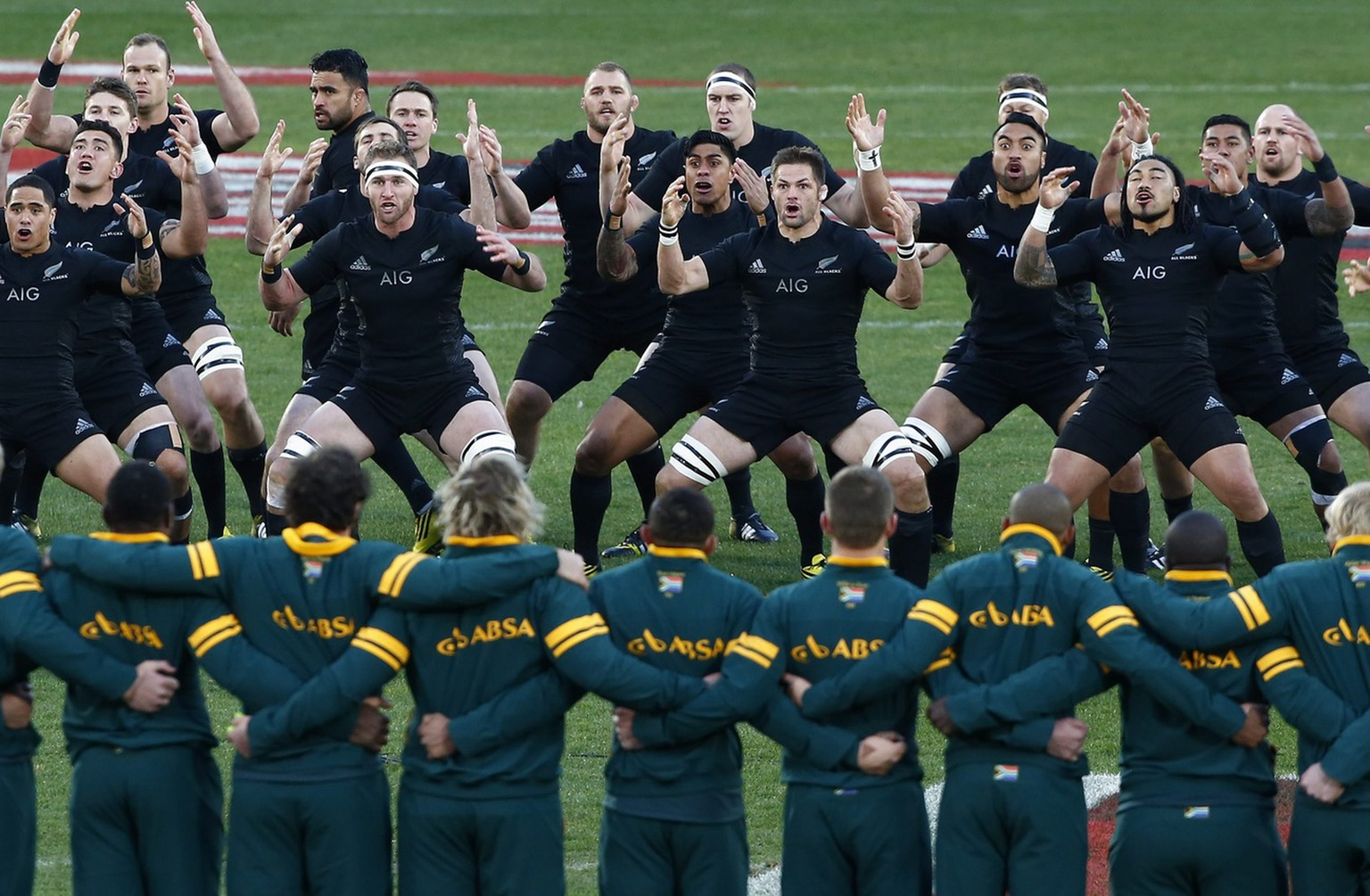 epa04860304 The All Blacks perform the Haka dance facing the Springboks ahead of the rugby test match between South Africa and New Zealand at Emirates Airlines Park in Johannesburg, South Africa 25 July 2015.  EPA/NIC BOTHMA
