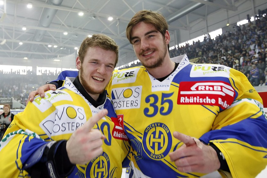 HC Davos Torhueter Leonardo Genoni, links, und Torhueter Reto Berra, rechts, jubeln nach dem Gewinn des Meistertitels im siebten der Best of Seven Serie Eishockey Playoff-Final-Spiel der National League A zwischen den Kloten-Flyers und dem HC Davos, Montag, 13. April 2009, in der Kolping Arena in Kloten. (KEYSTONE/Photopress/Patrick B. Kraemer)