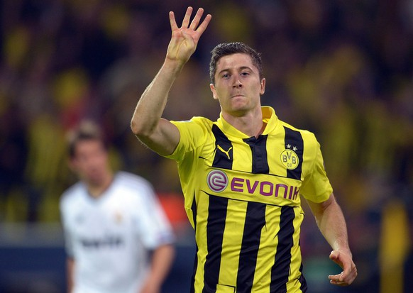 epa03675931 Dortmund's Robert Lewandowski celebrates after scoring 4-1 during the UEFA Champions League semi final first leg soccer match between Borussia Dortmund and Real Madrid at BVB stadium in Dortmund, Germany, 24 April 2013.  EPA/FEDERICO GAMBARINI