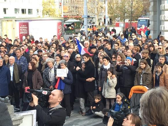 Französische Doppelbürger sprechen vor den Trauernden in Zürich. Sehen alle sehr betroffen aus. Schaut auf Twitter. Lg Leo  tel: null
