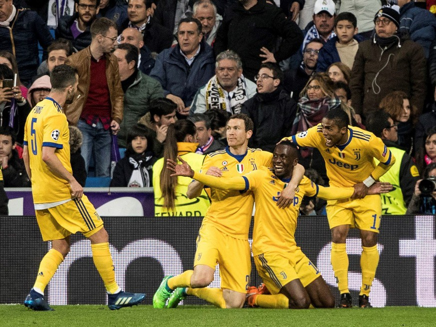 epa06662351 Juventus' Blaise Matuidi (2-R) celebrates with teammates after scoring the 3-0 during a UEFA Champions League quarter final, second leg soccer match between Real Madrid and Juventus at Santiago Bernabeu stadium in Madrid, Spain, 11 April 2018.  EPA/JUANJO MARTIN