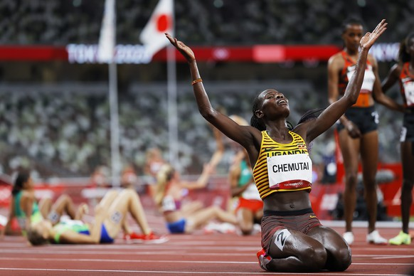 epa09394302 Peruth Chemutai of Uganda celebrates winning the Women's 3000m Steeplechase final during the Athletics events of the Tokyo 2020 Olympic Games at the Olympic Stadium in Tokyo, Japan, 04 August 2021.  EPA/VALDRIN XHEMAJ
