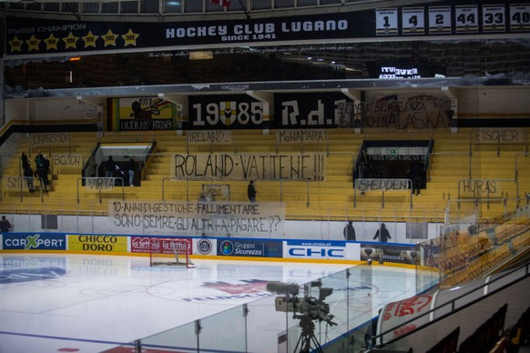 Protest of Lugano's supporters, during the preliminary round game of National League A (NLA) Swiss Championship 2016/17 between HC Lugano and EHC Kloten, at the ice stadium Resega in Lugano, Switzerland,  Friday, January 20, 2017. (KEYSTONE/Ti-Press/Samuel Golay)