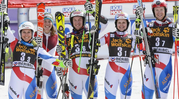 epa04671141 Switzerland's (L-R) Wendy Holdener, Michelle Gisin, Justin Murisier, Charlotte Chable, and Reto Schmidiger celebrate in the finish area after winning the Mixed Team Nation Grand Prix at the Alpine Skiing World Cup in Meribel, France, 20 March 2015.  EPA/JEAN-CHRISTOPHE BOTT