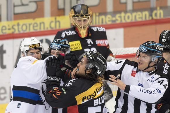 Berns Eric Blum, rechts, pruegelt sich mit Fribourgs Tristan Vauclair im Eishockey Meisterschaftsspiel der National League zwischen dem SC Bern und dem HC Fribourg-Gotteron, am Samstag, 18. November 2017, in der PostFinance Arena in Bern. (KEYSTONE/Peter Schneider)