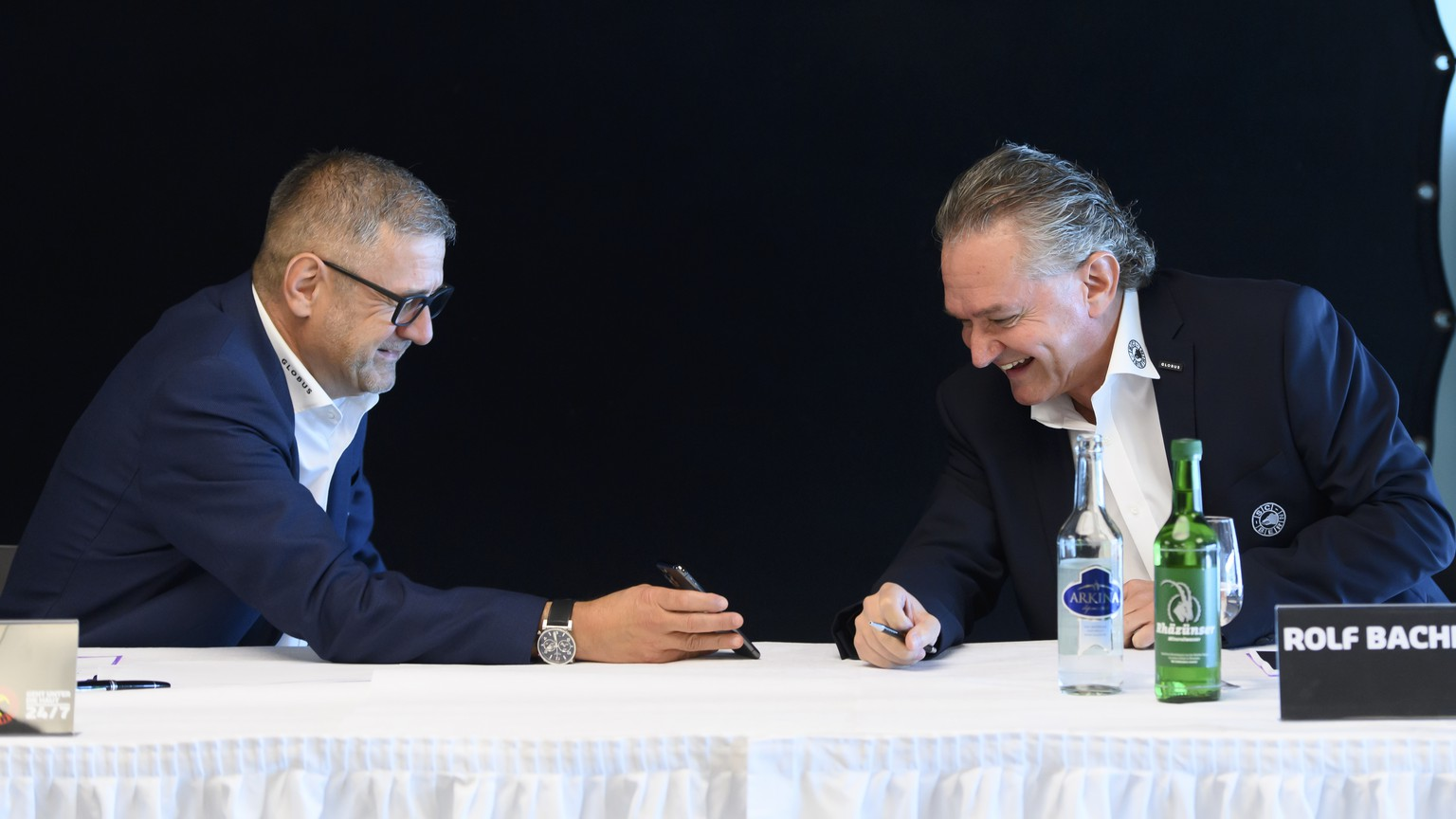 CEO Marc Luethi, links, und COO Rolf Bachmann, rechts, lachen vor einer Vorsaison-Medienkonferenz des SC Bern, am Montag, 31. August 2020 in der Postfinance Arena, in Bern. (KEYSTONE/Anthony Anex)