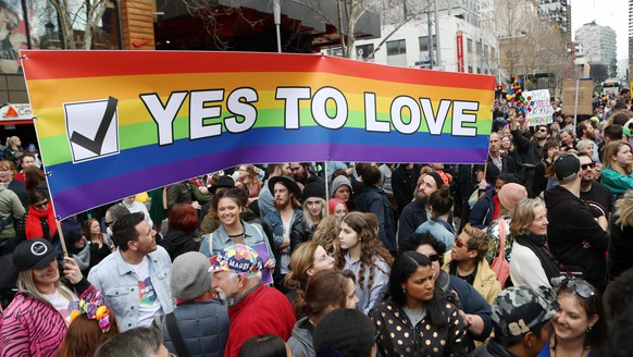 epaselect epa06163578 Supporters join in the Marriage Equality Rally in Melbourne, Australia, 26 August 2017. The crowd rallied in support of a 'yes' vote in the upcoming marriage equality postal survey.  EPA/DAVID CROSLING  AUSTRALIA AND NEW ZEALAND OUT