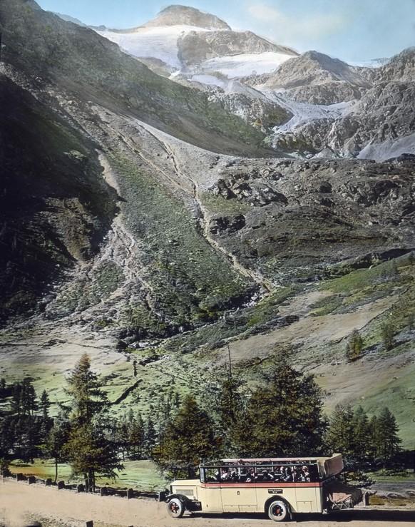 Mit dem Reisebus unterwegs auf der Gotthardstraße an der Schlucht von Gondo; Schweiz 1930er Jahre. Travelling in a coach at the Gotthard route near the Gondo gap, Switzerland 1920s.