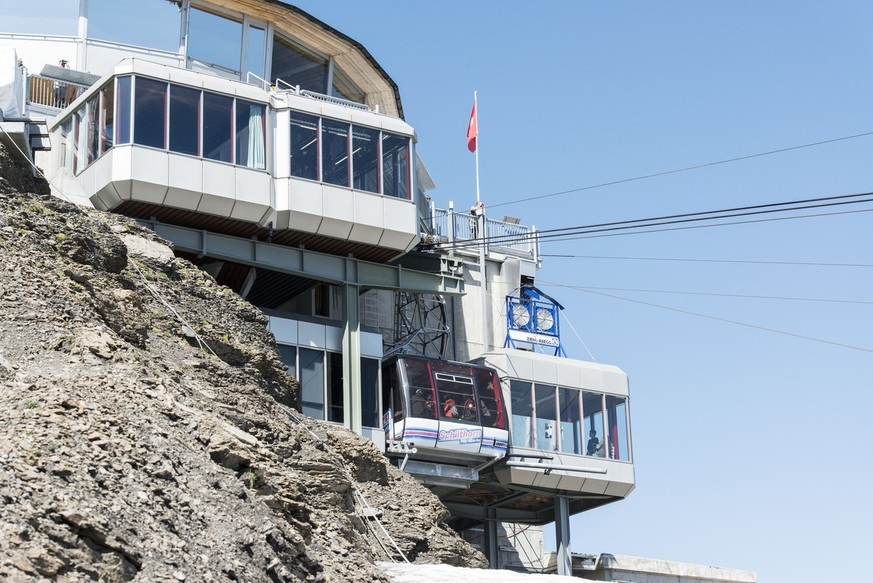 The Schilthornbahn cable car on the way to the summit, pictured on August 6, 2013, on Mount Schilthorn in Muerren, Switzerland. Mount Schilthorn with the revolving restaurant Piz Gloria was a filming location of a James Bond film and is a popular tourist attraction in summer. (KEYSTONE/Christian Beutler)  Die Schilthornbahn unterwegs zum Gipfel, aufgenommen am 6. August 2013 auf dem Schilthorn in Muerren im Berner Oberland. Das Schilthorn mit dem Drehrestaurant Piz Gloria war Drehort eines James Bond-Films und ist im Sommer ein beliebtes Ausflugsziel fuer Touristen. (KEYSTONE/Christian Beutler)