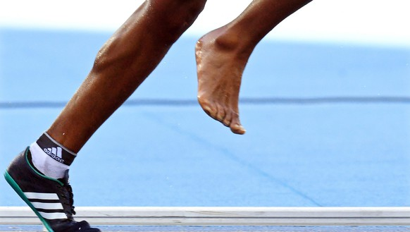 epa05479997 Etenesh Diro of Ethiopia competes with one bare foot during the women's 3,000m Steeplechase heats of the Rio 2016 Olympic Games Athletics, Track and Field events at the Olympic Stadium in Rio de Janeiro, Brazil, 13 August 2016.  EPA/BERND THISSEN