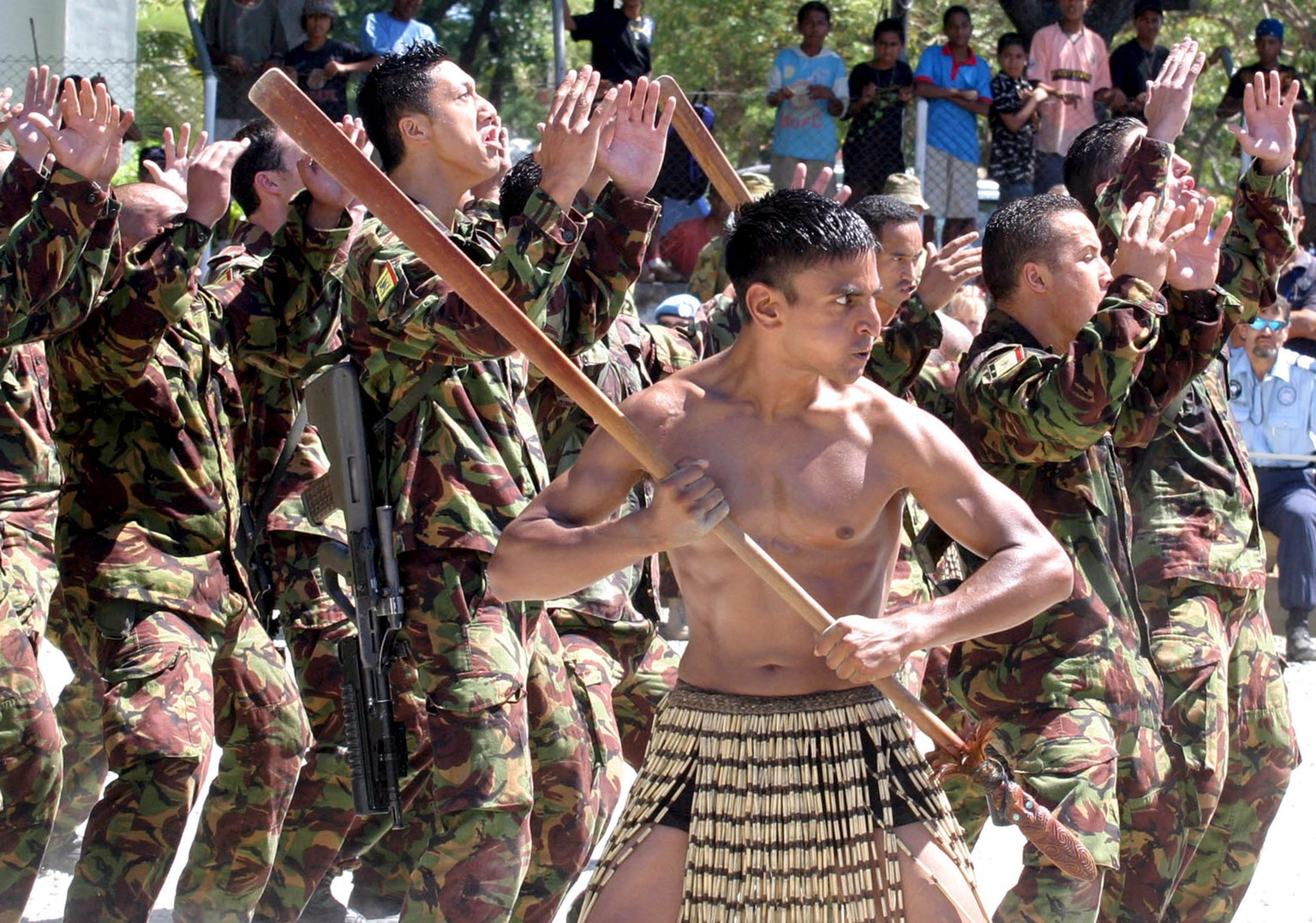 epa01020010 U.N. peacekeeping soldiers from New Zealand perform a traditional Maori Haka dance to welcome additional troops arriving in Dili, Timor Leste, 26 May 2007. New Zealand increased their peacekeeping troops from 130 to 150 personnels to guarantee security during the upcoming parliamentary elections.  EPA/ANTONIO DASIPARU