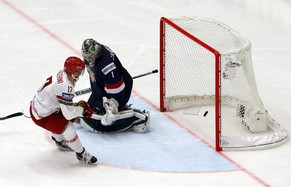 epa04737115 Alexei Kalyuzhny (L) of Belarus scores a goal against US goalie Jack Campbell (R) during the Ice Hockey World Championship 2015 group B match between the USA and Belarus at CEZ Arena in Ostrava, Czech Republic, 07 May 2015.  EPA/ARMANDO BABANI