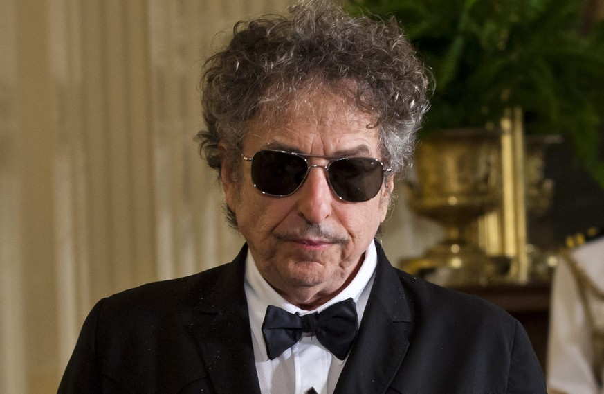 epa05634396 (FILE) A file picture dated 29 May 2012 shows US folk music legend Bob Dylan in the East Room of the White House in Washington, DC USA. According to media reports on 16 November, Dylan confirmed that he will not be able to attend the Nobel ceremony to accept his 2016 Nobel Prize in Literature, after he was announced as the recipient of the prize in Stockholm on 13 October 2016.  EPA/JIM LO SCALZO