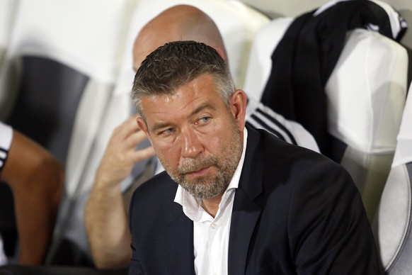 epa04898020 FC Basel's head coach Urs Fischer during the UEFA Champions League play-off round second leg soccer match between Maccabi Tel Aviv FC and FC Basel 1893 at the Bloomfield stadium in Tel Aviv, Israel, 25 August 2015.  EPA/ABIR SULTAN