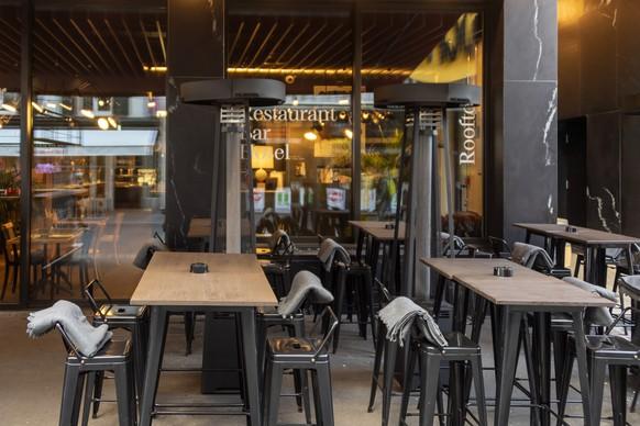 Vor einem Restaurant stehen Heizstrahler bereit, in Basel, am Freitag, 20. November 2020. Wegen der Coronavirus-Pandemie und der erforderlichen Schutzmassnahmen sind Sitzplaetze im Freien auch bei kalten Temperaturen gefragt. (KEYSTONE/Georgios Kefalas)
