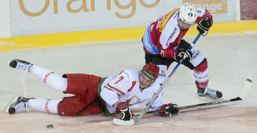 QUALITY REPEAT --- Switzerland's Vincent Praplan, right, and Belorussia's Ilya Kaznadei, left, in action, during the ice hockey match between Switzerland and Belarus at the International ice hockey tournament