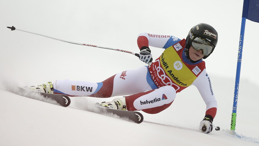 epa05185240 Lara Gut of Switzerland in action during the Women's Combined race at the FIS Alpine Skiing World Cup in Soldeu-El Tarter, Andorra, 28 February 2016.  EPA/GUILLAUME HORCAJUELO