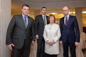 epa04055189 EU High Representative for Foreign Affairs and Security Policy, Catherine Ashton (2-R), poses with Ukrainian opposition leaders Arseniy Yatsenyuk (R), Vitali Klitschko (2-L) and Oleh Tyagnybok (L) during their meeting in Kiev, Ukraine, 04 February 2014. EU foreign policy Chief Catherine Ashton arrived in the Ukrainian capital for talks with Ukrainian officials and opposition leaders. Thousands of pro-European protesters continued to gather in Kiev to demand early elections and resisted calls from police to vacate the central Independence Square.  EPA/ANDREW KRAVCHENKO / POOL