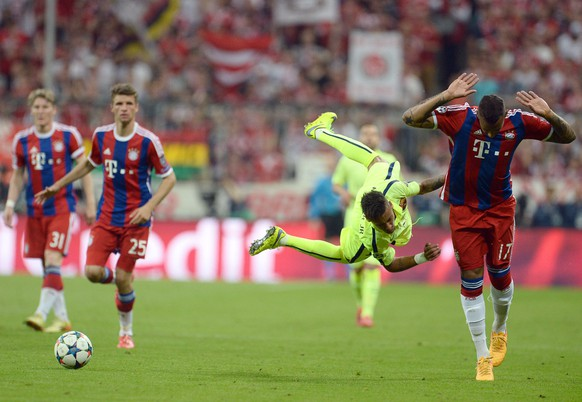 epa04745370 Bayern Munich's Jerome Boateng (R) in action against FC Barcelona's Neymar (2-R) during the UEFA Champions League semi final second leg soccer match between FC Bayern Munich and FC Barcelona in Munich, Germany, 12 May 2015.  EPA/ANDREAS GEBERT