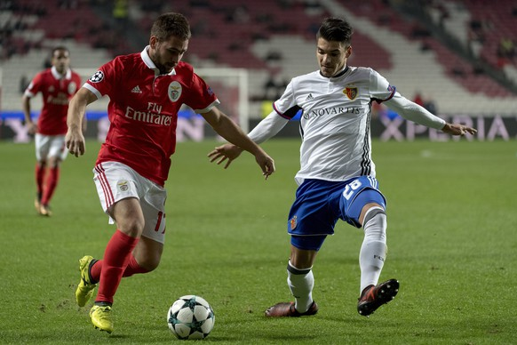 epa06369672 Benfica's Andrija Zivkovic, left, fights for the ball against Basel's Raoul Petretta, right, during the UEFA Champions League Group stage Group A matchday 6 soccer match between Portugal's SL Benfica and Switzerland's FC Basel 1893 in Benfica's stadium Estadio da Luz in Lisbon, Portugal, on Tuesday, December 5, 2017.  EPA/GEORGIOS KEFALAS