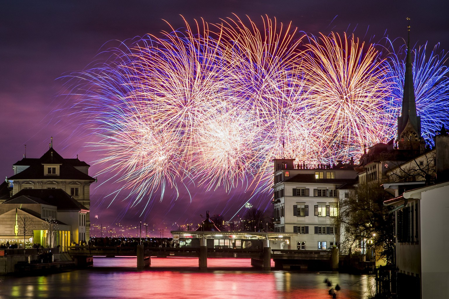 epa06411997 Fireworks illuminate the night sky over Zurich, Switzerland, 01 January 2018, during the New Year's celebrations.  EPA/CHRISTIAN MERZ