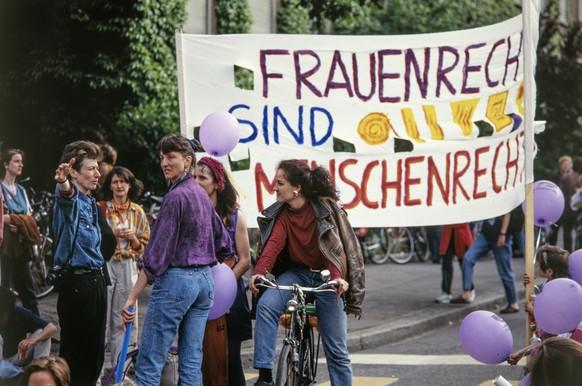 Am Schweizer Frauenstreik vom 14. Juni 1991 beteiligen sich Hunderttausende von Frauen landesweit an Streik- und Protestaktionen. Im Bild: Eine Gruppe von Frauen auf dem Helvetiaplatz in Zürich.