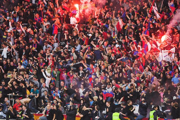 Die Basler Fans in der Muttenzer Kurve jubeln ueber den erziehlten Ausgleich zum 1-1 im Fussballspiel der Super League zwischen dem FC Basel und FC Zuerich am Samstag, 13. Mai 2006, in Basel. (KEYSTONE/Patrick Straub)