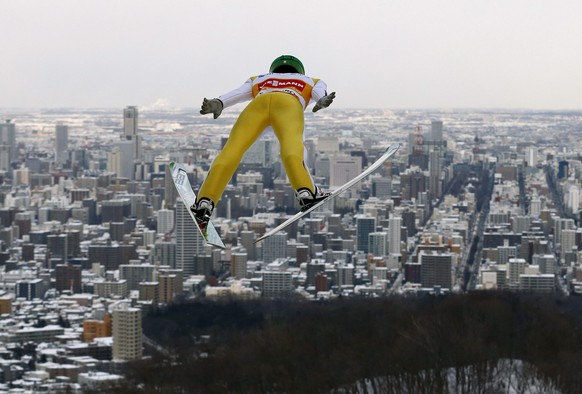 epa05133007 World Cup ski jumping overall point leader Peter Prevc of Slovenia soars over Japanese northern city of Sapporo during a training session for the Large Hill Individual competition of the FIS Ski Jumping World Cup in Sapporo, northern Japan, 29 January 2016.  EPA/KIMIMASA MAYAMA