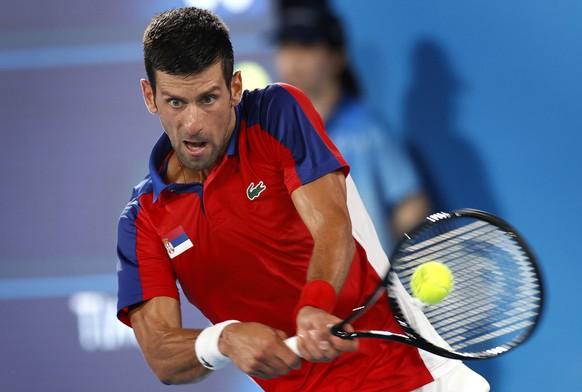epa09376575 Novac Djokovic of Serbia returns to Kei Nishikori of Japan during the Men's Singles Quarterfinal Tennis match of the Tokyo 2020 Olympic Games at the Ariake Coliseum in Tokyo, Japan, 29 July 2021.  EPA/RUNGROJ YONGRIT