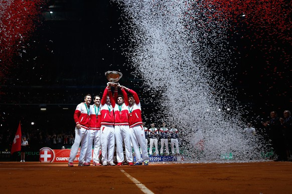 LILLE, FRANCE - NOVEMBER 23:  Roger Federer of Switzerland, Stanislas Wawrinka of Switzerland , Marco Chiudinelli of Switzerland, Michael Lammer of Switzerland and Captain Severin Luthi of Switzerland celebrate winning the Davis Cup against France during day three of the Davis Cup Tennis Final between France and Switzerland at the Stade Pierre Mauroy on November 23, 2014 in Lille, France.  (Photo by Julian Finney/Getty Images)