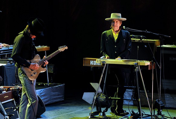 epa02673181 American musician Bob Dylan (R) performs with his band during his China debut in Beijing, 06 April 2011.  EPA/YAN BING CHINA OUT