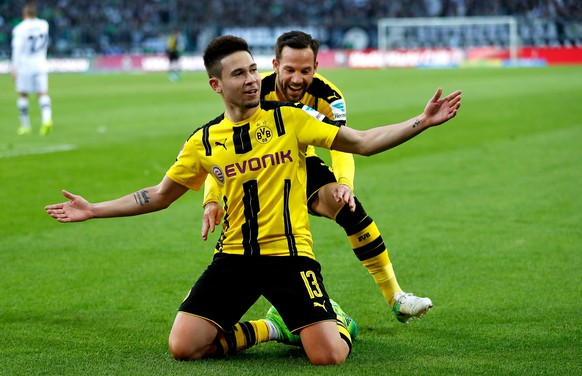 epaselect epa05921949 Dortmund's Raphael Guerreiro (front) celebrates with his teammate Gonzalo Castro (back) after scoring the winning goal during the German Bundesliga soccer match between Borussia Moenchengladbach and Borussia Dortmund at the Borussia-Park stadium in Moenchengladbach, Germany, 22 April 2017. Dortmund won 3-2.  EPA/FRIEDEMANN VOGEL EMBARGO CONDITIONS - ATTENTION: Due to the accreditation guidelines, the DFL only permits the publication and utilisation of up to 15 pictures per match on the internet and in online media during the match.
