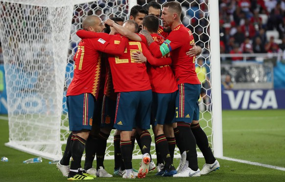 epa06840115 Players of Spain celebrate the 1-1 goal during the FIFA World Cup 2018 group B preliminary round soccer match between Spain and Morocco in Kaliningrad, Russia, 25 June 2018.
