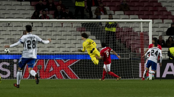 Basel's Mohamed Elyounoussi, right, scores against Benfica's goalkeeper Mile Svilar, center, during the UEFA Champions League Group stage Group A matchday 6 soccer match between Portugal's SL Benfica and Switzerland's FC Basel 1893 in Benfica's stadium Estadio da Luz in Lisbon, Portugal, on Tuesday, December 5, 2017. (KEYSTONE/Georgios Kefalas)