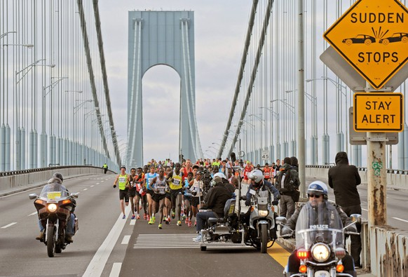epa04264395 (FILE) A file picture dated 06 November 2005 shows runners crossing the Verrazano Narrows bridge in New York, USA, during the New York Marathon. The jury of the Principe de Asturias Awards have announced 18 June 2014, that the sports award will be granted to the New York Marathon.  EPA/PETER FOLEY
