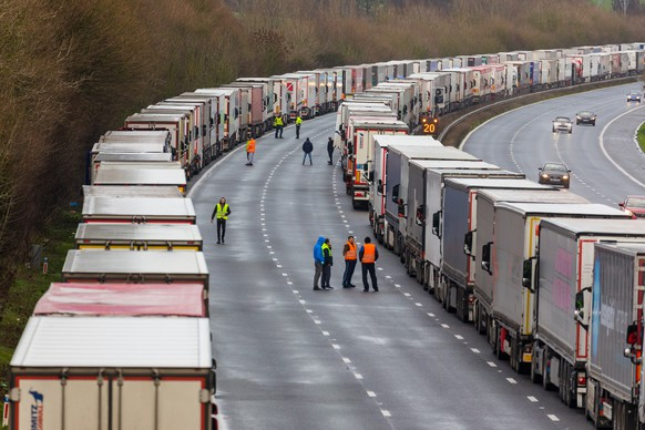 epa08901085 Queues of stationary lorries on the M20 motorway between Ashford and Folkestone in Kent, Britain, 23 December 2020. France closed its border with the UK for 48 hours over concerns about the new coronavirus variant. Lorry drivers must now obtain negative coronavirus tests before they will be allowed to cross by sea and the Port of Dover remains closed to outbound traffic on the morning of 23 December 2020.  EPA/VICKIE FLORES